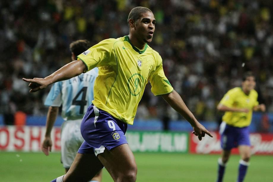 Adriano comemora gol na vitória sobre a Argentina na final da Copa das Confederações de 2005 na Alemanha