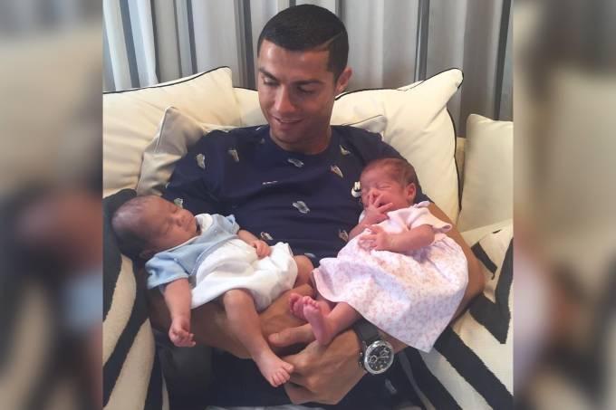 Cristiano Ronaldo e filhos gêmeos