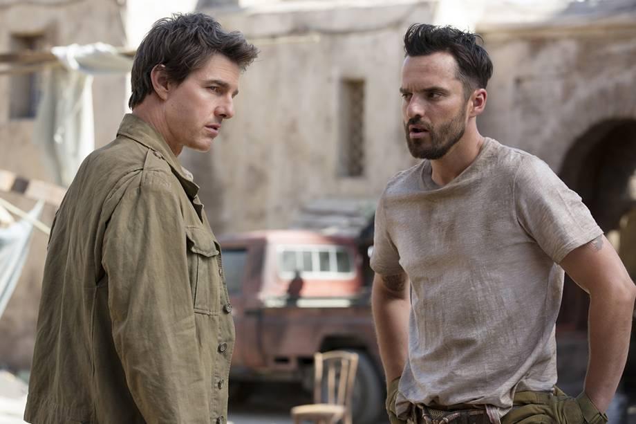 Tom Cruise (Rick O'Connell) e  Jake Johnson (Jonathan Carnahan) em cena do filme 'A Múmia'