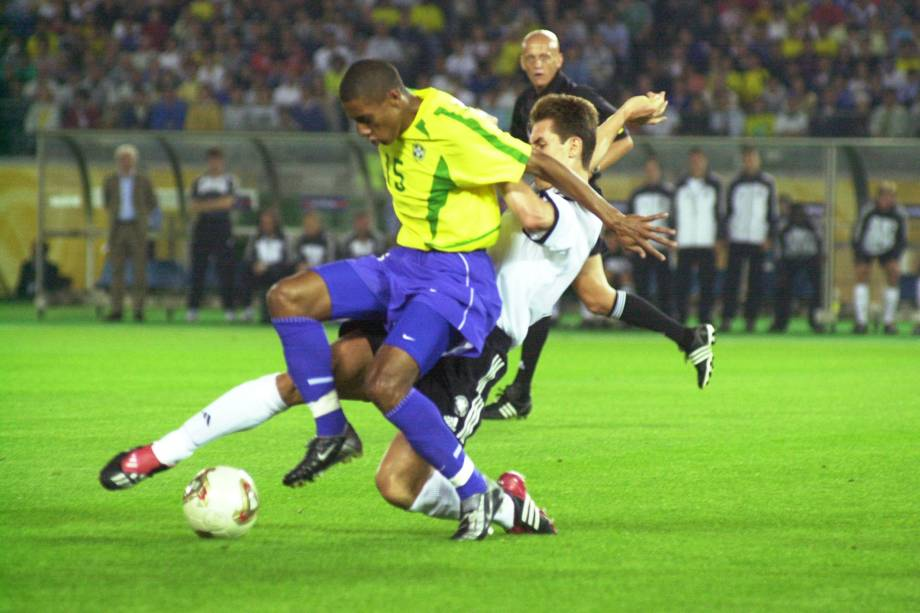 Kléberson, um dos destaques da decisão, escapa da marcação alemã em 2002