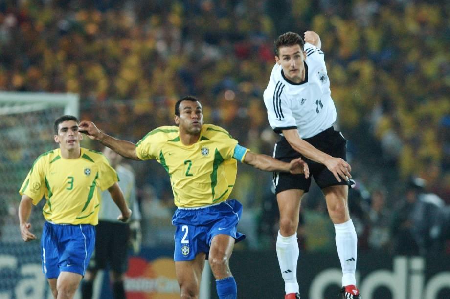 Lúcio e Cafú observam o alemão Miroslav Klose na final de 2002