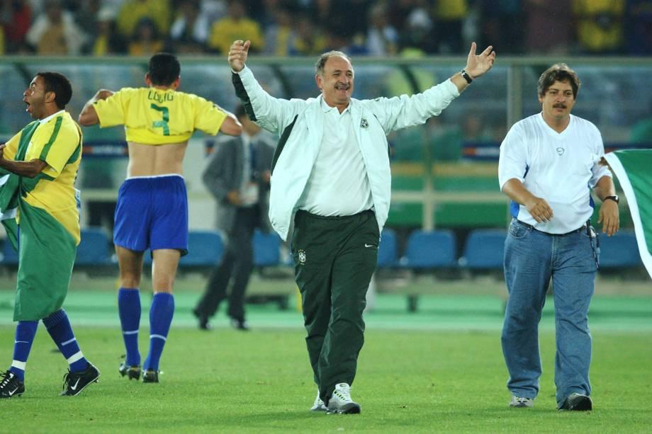 O técnico Luís Felipe Scolari celebra o pentacampeonato ao final da partida