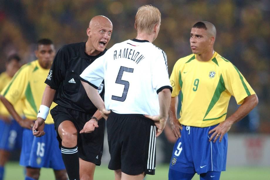 O árbitro Pierluigi Collina adverte o alemão Carsten Ramelow, sob o olhar de Ronaldo