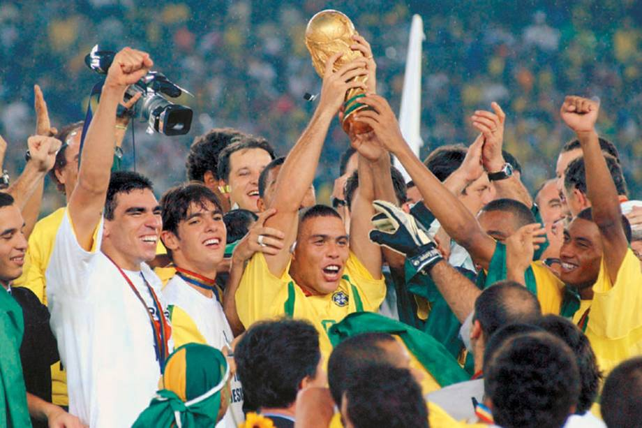 Ronaldo ergue a taça depois de derrotar a Alemanha na final da Copa do Mundo de Futebol, Estádio de Yokohama.