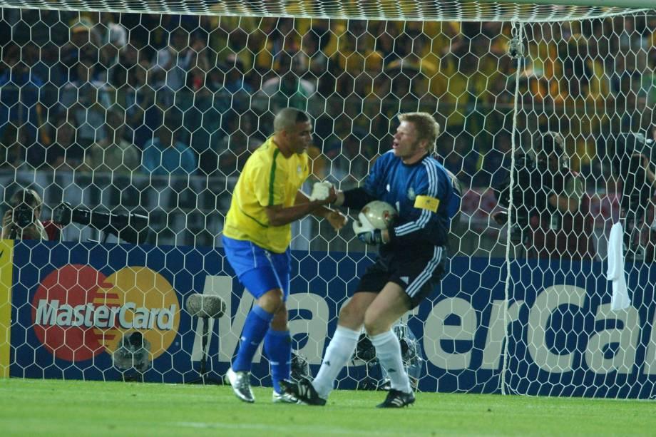 Ronaldo e Oliver Kahn, os protagonistas da final, se cumprimentam durante o jogo