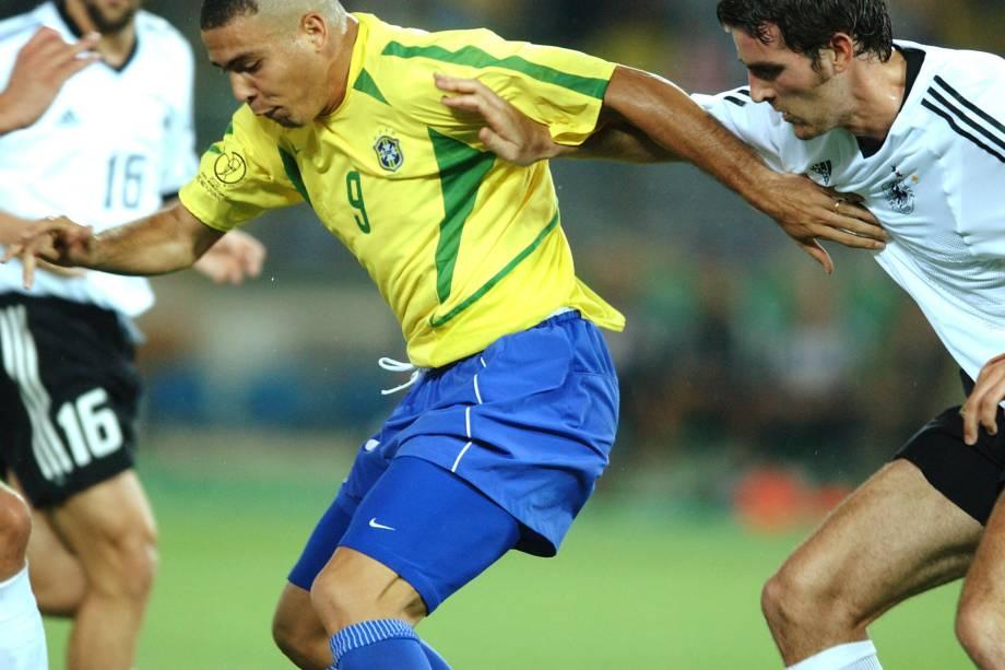 Ronaldo é perseguido por alemães na decisão da Copa do Mundo de 2002
