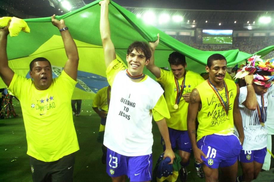 Kaká, Anderson Polga e Vampeta celebram o título no estádio de Yokohama