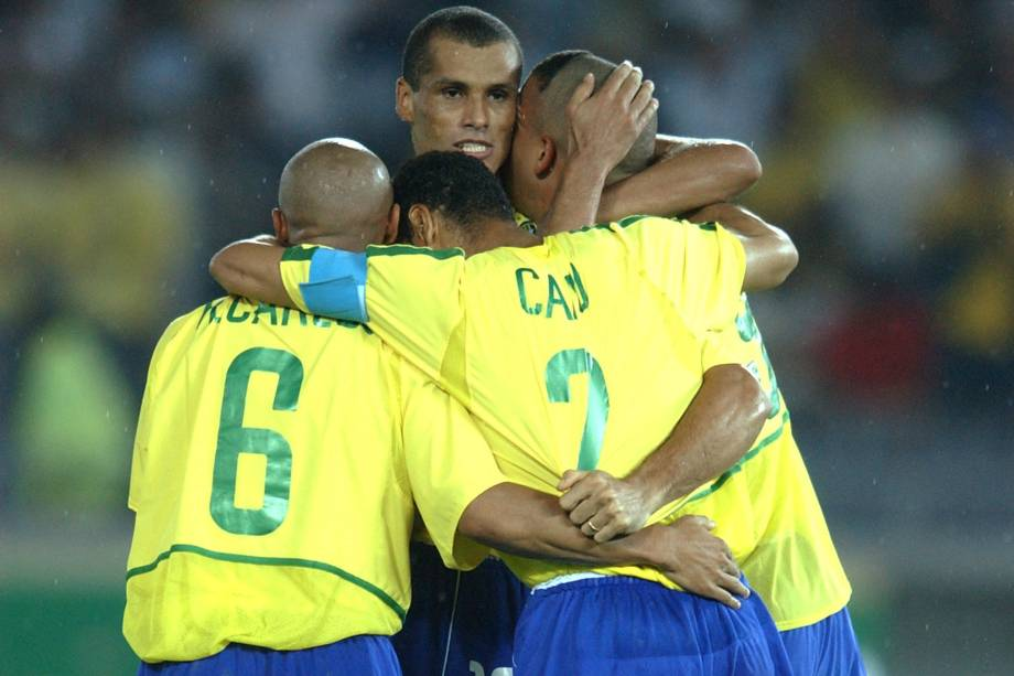 Jogadores do Brasil, comemorando a vitória contra a Alemanha, na final da Copa do Mundo de Futebol, no Estádio de Yokohama.