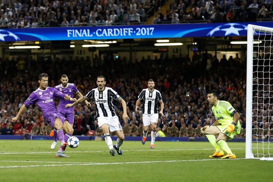 Cristiano Ronaldo do Real Madrid marca o seu segundo gol durante a partida contra a Juventus, na final da Liga dos Campeões da Europa no Millenium Stadium, em Cardiff, no País de Gales - 03/06/2017