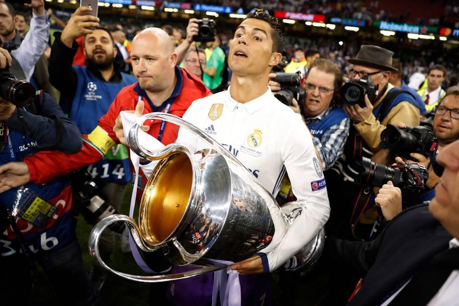 Cristiano Ronaldo do Real Madrid com o troféu de campeão da Liga dos Campeões da Europa no Millenium Stadium, em Cardiff, no País de Gales - 03/06/2017