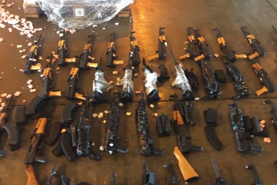60 fuzis AK 47, G3 e AR 10, vindos de Miami dentro de contêineres junto com uma carga de aquecedores para piscinas foram apreendidos pela Polícia Civil, no Terminal de Cargas do Aeroporto Internacional do RJ