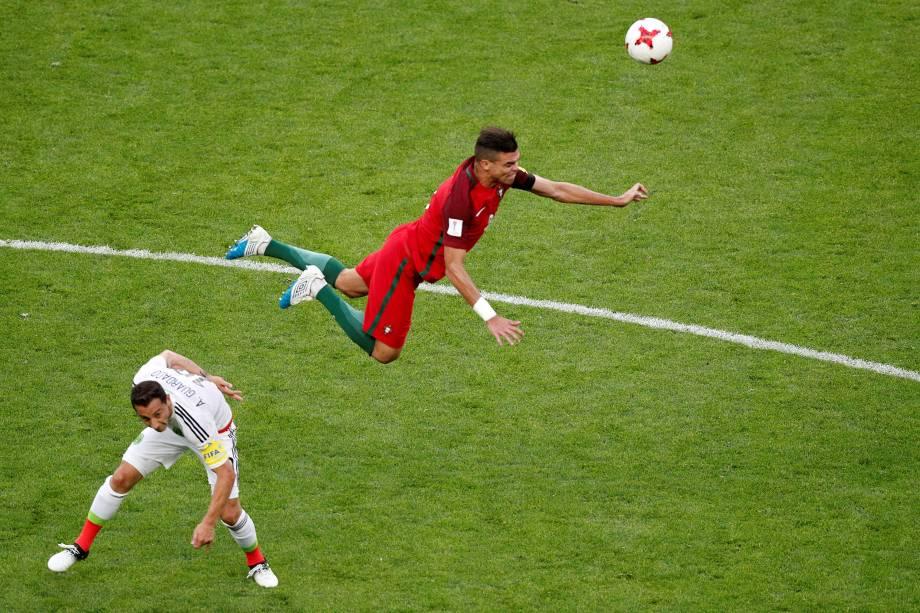 O zagueiro Pepe da seleção de Portugal disputa pelo alto com o mexicano Andrés Guardado durante partida da fase de grupos - 18/06/2017