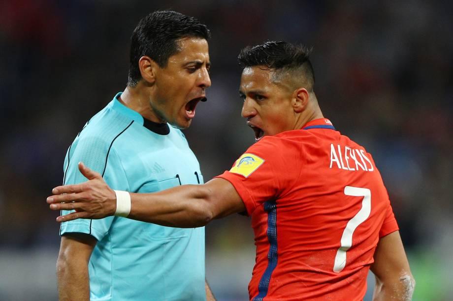 O árbitro iraniano Alireza Faghani discute com o atacante chileno Alexis Sánchez durante partida entre Chile e Alemanha na Arena Kazan - 22/06/2017