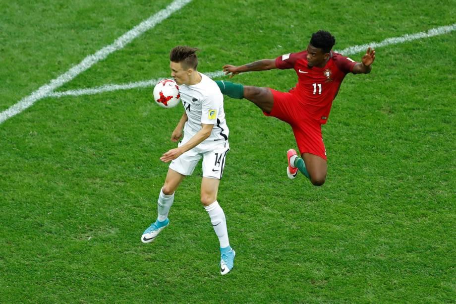 O volante Nelsinho da seleção de Portugal disputa jogada com o atacante Ryan Thomas da Nova Zelândia durante partida da fase de grupos no estádio de São Petesburgo - 24/06/2017