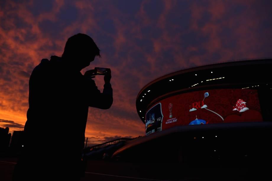 Torcedor fotografa a Arena Kazan durante o por do sol depois da partida entre México e Alemanha - 24/06/2017