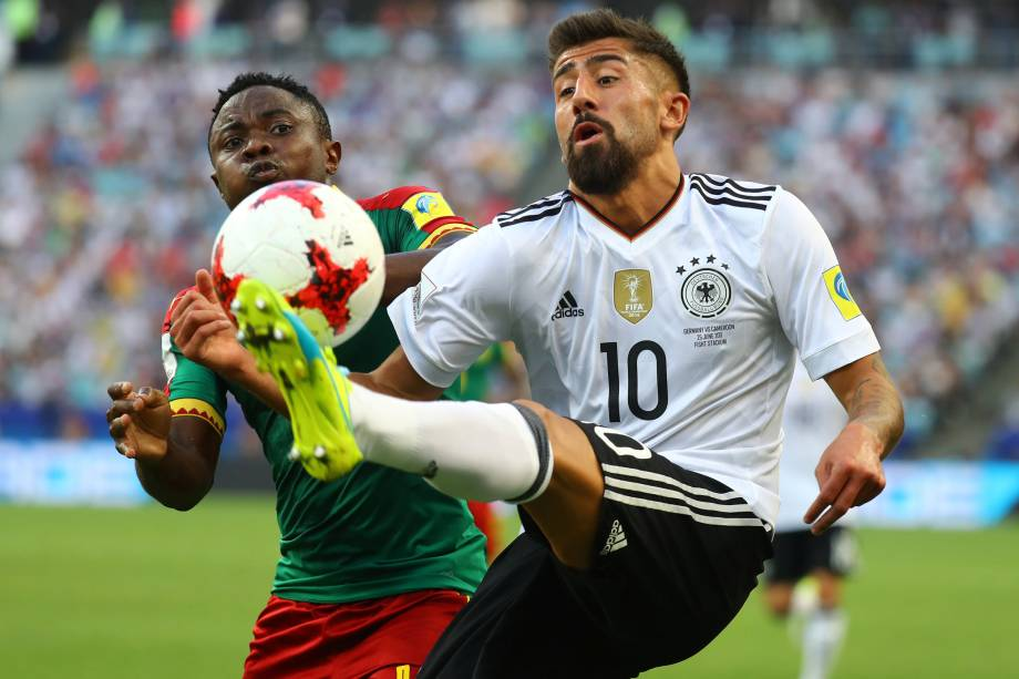 O lateral Collins Fai de Camarões disputa jogada com o meia alemão Kerem Demirbay durante partida válida pela fase de grupos em Sochi - 25/06/2017