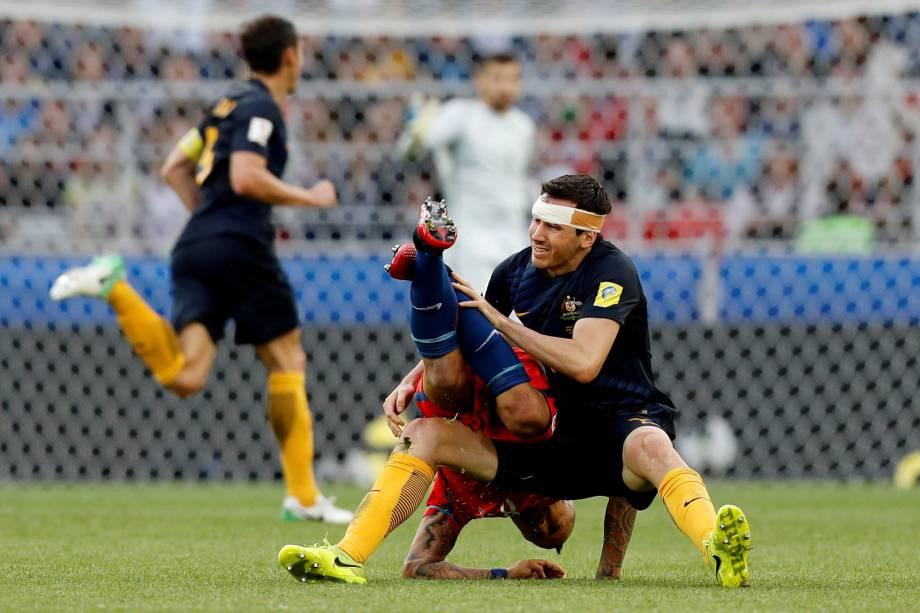 Ryan McGowan da Austrália divide jogada com o chileno Arturo Vidal no Spartk Stadium em Moscou - 25/06/2017