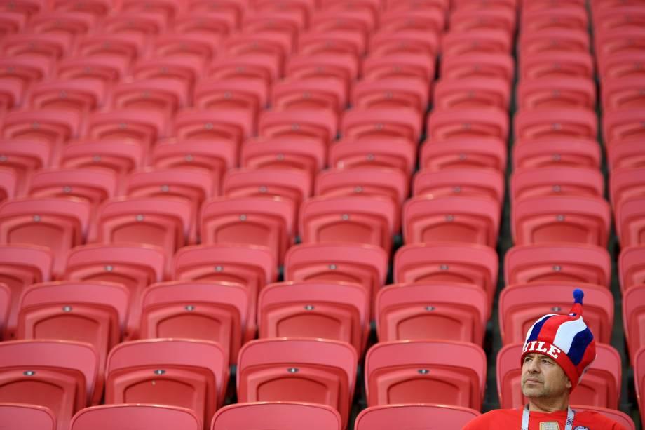 Torcedor da seleção chilena aguarda o início da semifinal entre Chile e Portugal na Arena Kazan - 28/06/2017