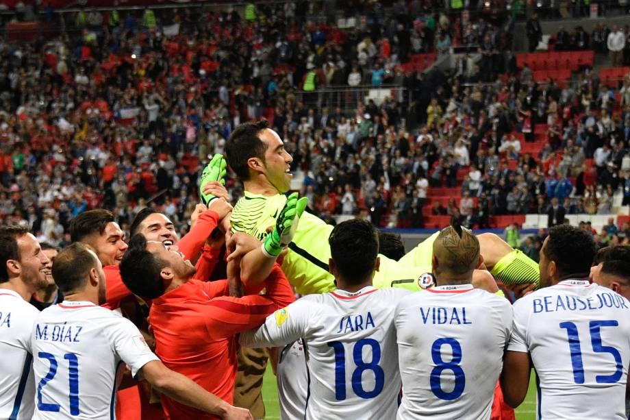 O goleiro chileno Claudio Bravo é carregado pelos companheiros de seleção após defender três pênaltis na semifinal contra Portugal na Arena Kazan - 28/06/2017