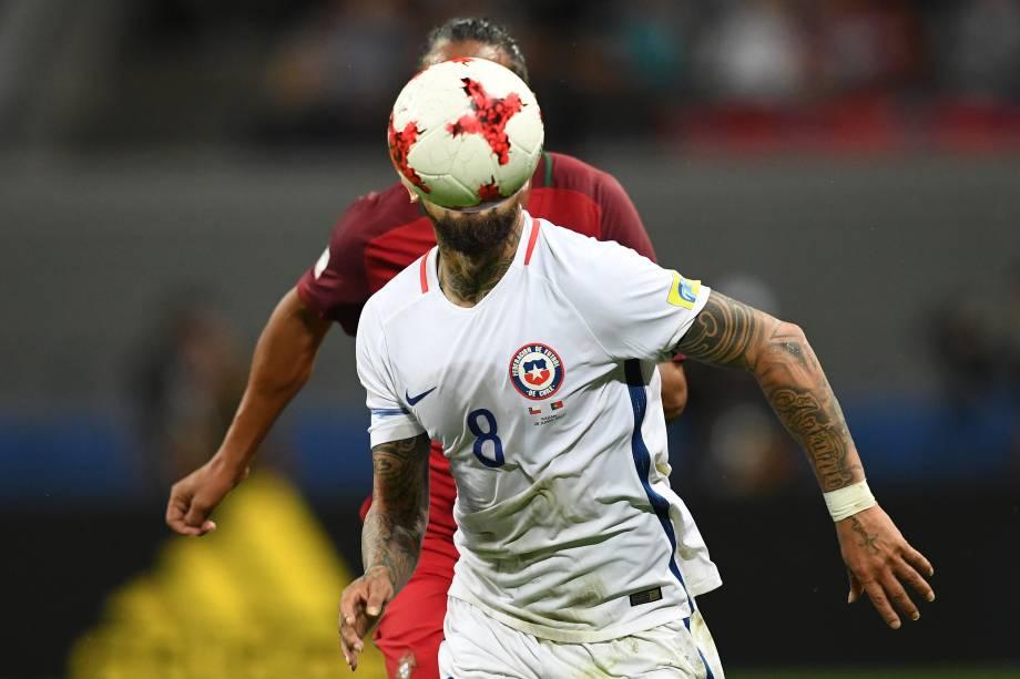 O meia chileno Arturo Vidal disputa jogada na semifinal contra Portugal na Arena Kazan - 28/06/2017