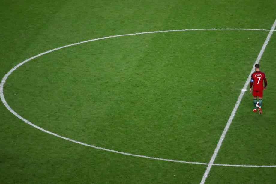 O craque português Cristiano Ronaldo caminha no gramado durante a semifinal contra o Chile na Arena Kazan - 28/06/2017