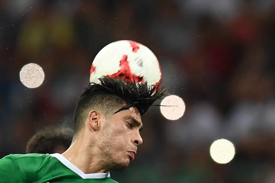 O atacante mexicano Raúl Jiménez disputa pelo alto na partida contra a Alemanha na semifinal da Copa das Confederações em Sochi - 29/06/2017