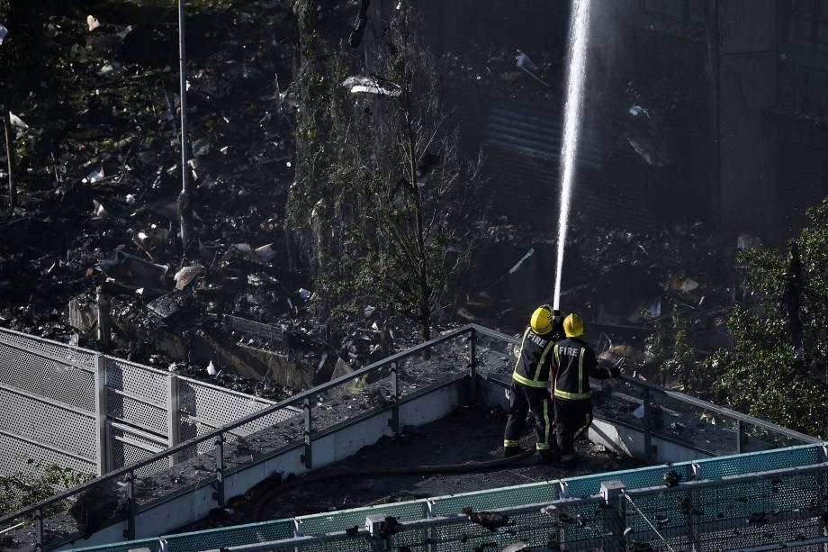 Bombeiros ingleses se esforçam para conter a chama do prédio Grenfell Tower que se iniciou esta manhã na zona oeste de Londres - 14/06/2017