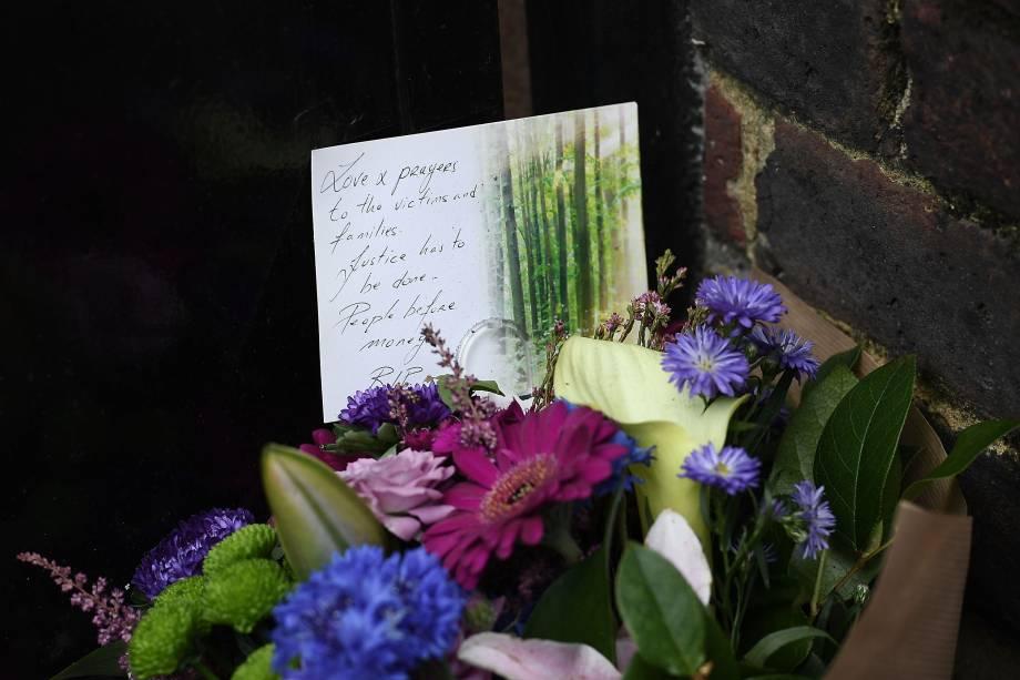 Buquê de flores é deixado próximo ao Grenfell Tower em solidariedade aos afetados pelo incêndio desta manhã - 14/06/2017