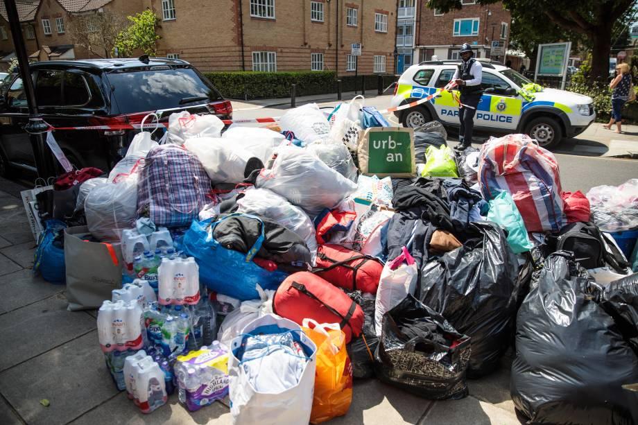 Doações de cobertores, sacos de dormir, roupas e mantimentos com destino aos afetados pelo incêndio devastador no Grenfell Tower, em Londres - 14/06/2017