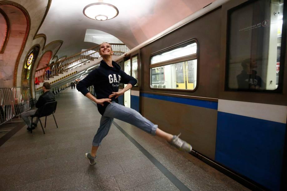 Bailarina do Ballet do Kremlin se aquece antes de uma apresentação noturna, na estação de metrô Novoslobodskaya em Moscou, na Rússia - 26/06/2017