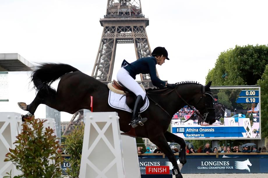 A competidora da Grécia, Athina Onassis, compete em evento em frente à Torre Eiffel, em Paris - 30/06/2017