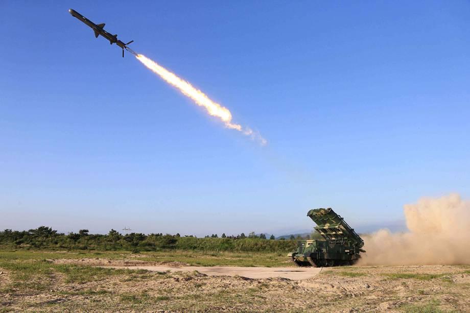 Coreia do Norte divulga imagem de teste de míssil desenvolvido pela Academia da Ciência de Defesa Nacional, na Coreia - 09/06/2017