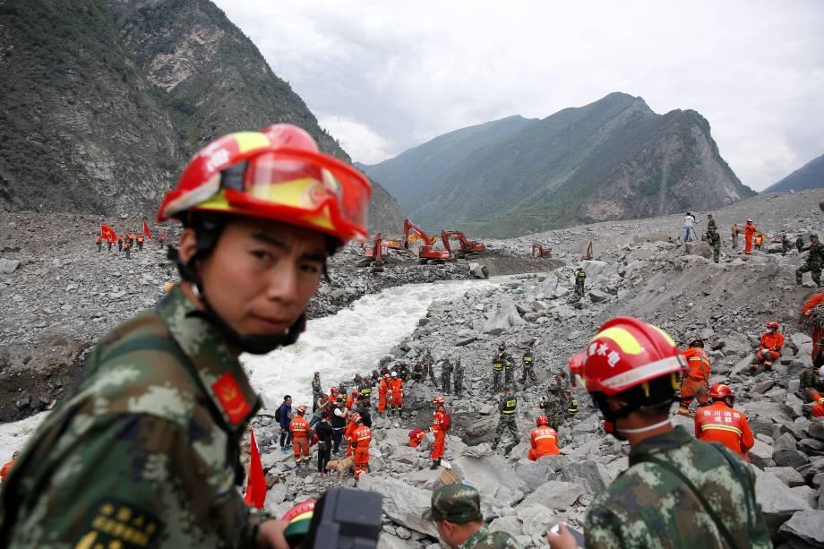 Equipes  de resgate procuram sobreviventes no local de um deslizamento de terra na vila de Xinmo, condado de Mao, província de Sichuan, na China - 26/06/2017