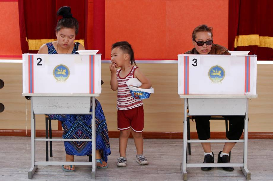 Eleitores vão às urnas votar para as eleições presidenciais na capital da Mongólia, Ulaanbaatar - 26/06/2017