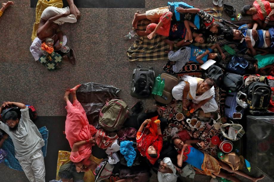 Passageiros esperam o trem na Estação Ferroviária de Nova Délhi, na Índia - 27/06/2017