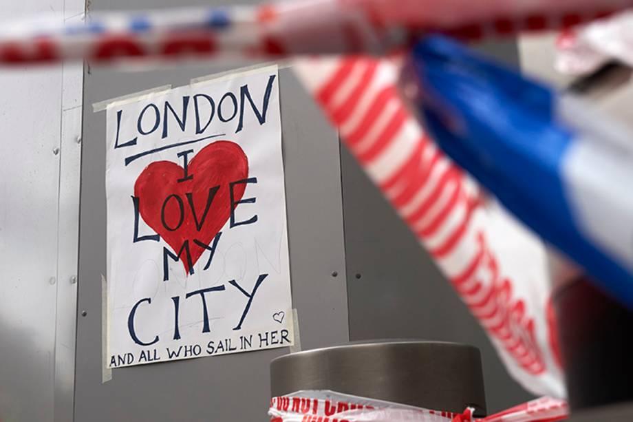 Fotógrafo registra poster de homenagem às vítimas do último ataque em Londres, que deixou sete mortos e dezenas de feridos, na Inglaterra - 05/06/2017