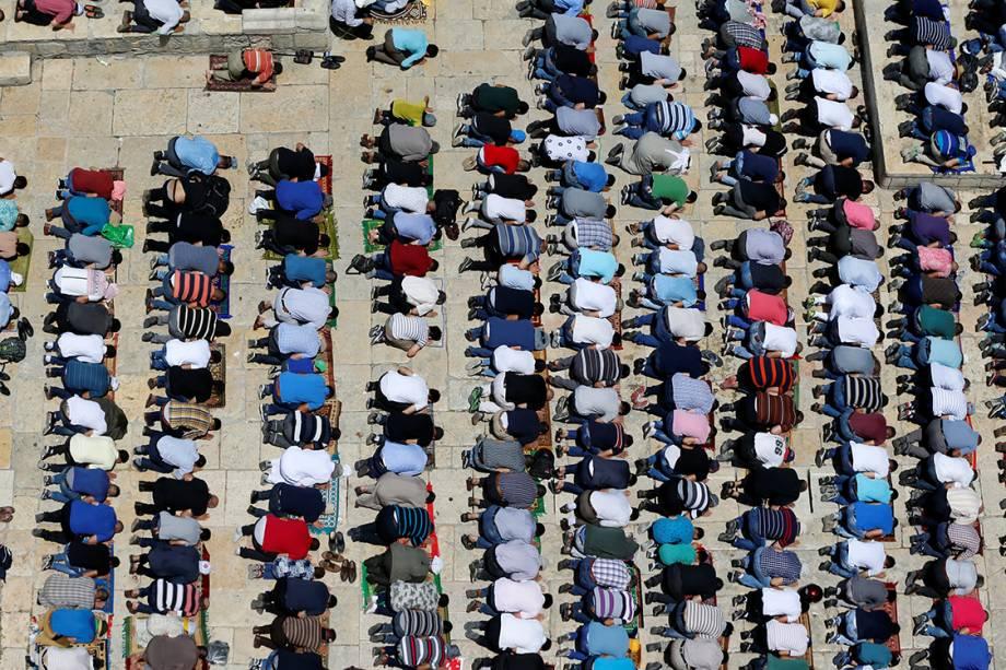 Muçulmanos rezam em um santuário na Velha Jerusalém, durante mês sagrado do Ramadan - 09/06/2017