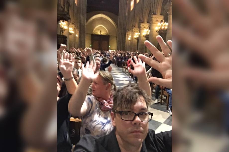 Turistas ficam presos na Catedral de Notre Dame durante incidente com tiros em Paris, na França - 06/06/2017