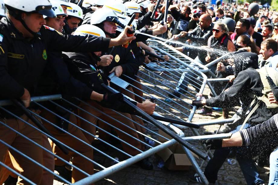 Manifestantes e Polícia Militar entraram em confronto pela segunda vez em frente da Ópera de Arame, onde acontece a votação do pacote fiscal apresentado pelo prefeito Rafael Greca - 26/06/2017