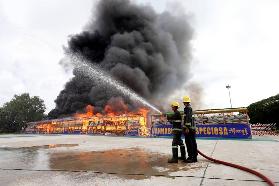 Bombeiros se preparam para apagar o fogo da queima de drogas durante um evento que marca o Dia Internacional contra o Abuso de Drogas e o Tráfico Ilícito, fora de Rangum, capital de Mianmar - 26/06/2017