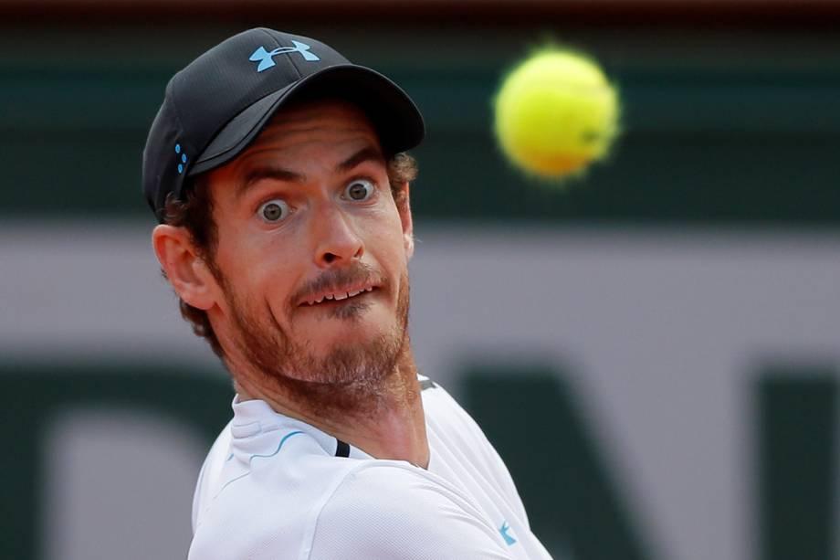 Britânico Andy Murray disputa partida contra o suíço Stan Wawrinka, durante torneio de Roland Garros, em Paris - 09/06/2017