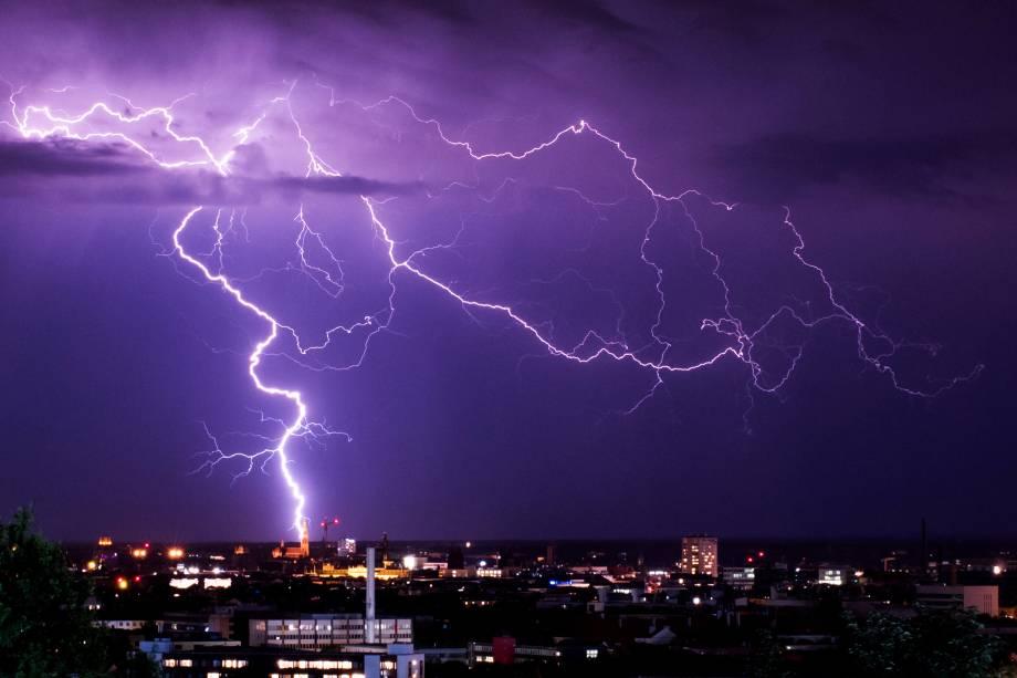 Relâmpagos são vistos durante uma tempestade em Munique, no sul da Alemanha - 26/06/2017