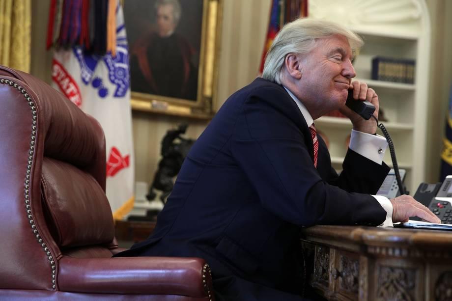 O presidente dos Estados Unidos, Donald Trump, fala ao telefone com o primeiro-Ministro irlandês Leo Varadkar no telefone do escritório oval da Casa Branca em Washington - 27/06/2017