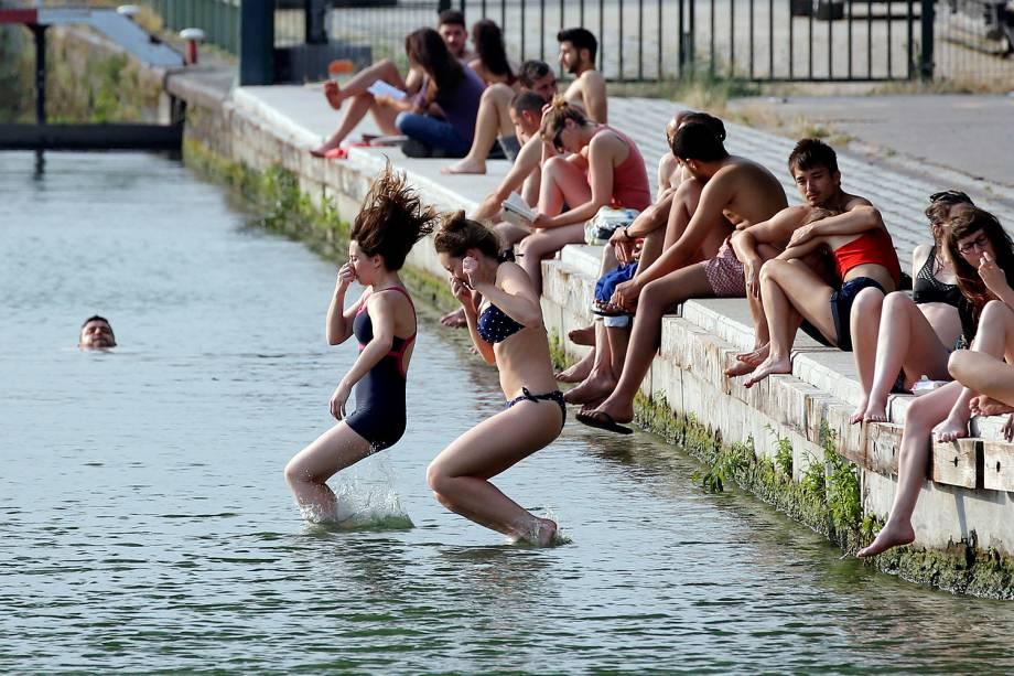 Turistas se refrescam no parque La Villette, devido as altas temperaturas de verão atingem Paris, na França - 22/06/2017