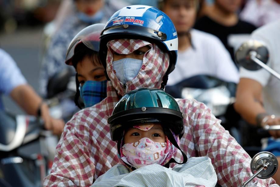 Pessoas usam máscara de proteção contra a poluição em Hanoi, Vietnã - 09/06/2017