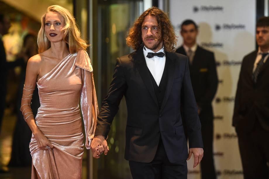 Carles Puyol  e sua esposa chegam para o casamento de Lionel com a noiva Antonela Rocuzzo na Argentina - 30/06/2017