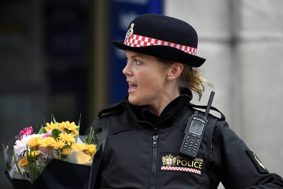 Policial deixa flores próximo a London Bridge, cartão-postal de Londres após uma van atropelar pedestres - 04/06/2017