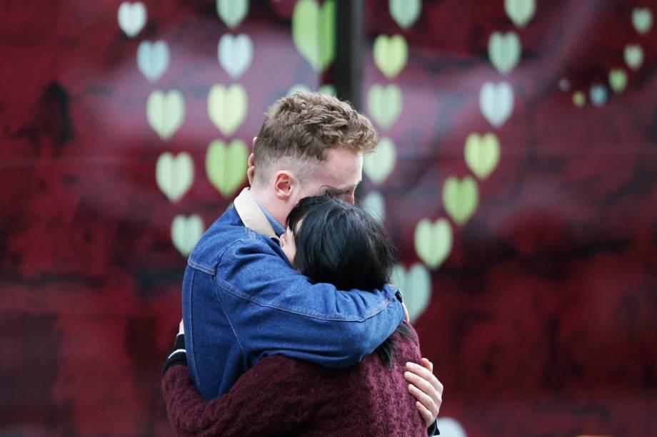 Casal se emociona próximo a London Bridge, cartão-postal de Londres após uma van atropelar pedestres - 04/06/2017