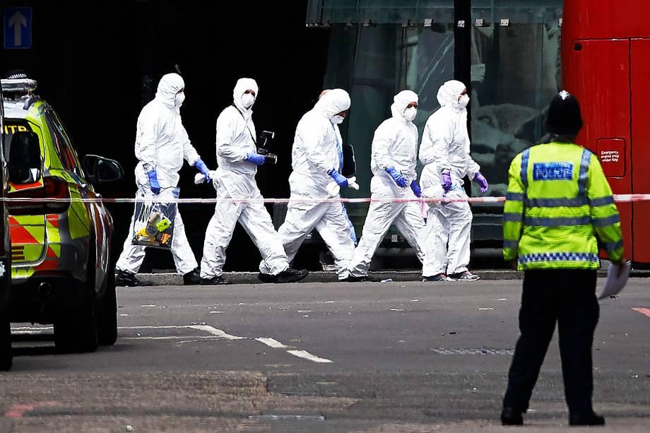 Peritos trabalham próximo a London Bridge, cartão-postal de Londres após uma van atropelar pedestres - 04/06/2017