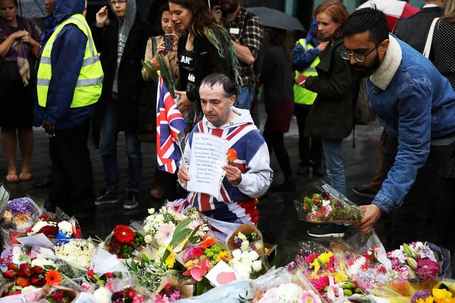 Pessoas deixam flores no Potters Field Park, no centro de Londres, em homenagem às vítimas do ataque na London Bridge e Borough Market  - 05/06/2017